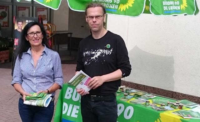Regine Kramarek, Kandidatin für den Stadtrat, und Oliver Kluck, Spitzenkandidat für die Region, am Wahlkampf-Stand