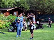 Müter und Kinder vor der Hütte des Kronsberg Live Tower