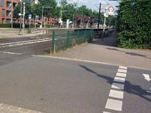 Radweg mit Absperrgitter am Seelhorster Garten